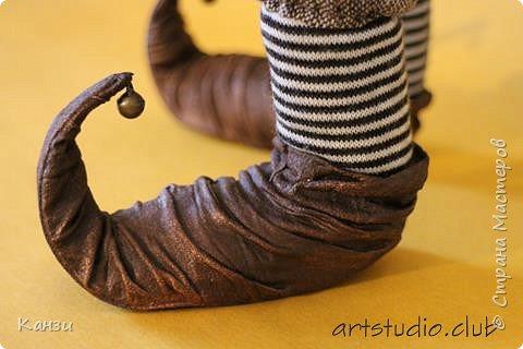 """Здравствуйте, дорогие друзья! Для своей новой куклы решила я изготовить башмачки с загнутыми носками. Давно почему-то хотелось, но все никак руки не доходили. Башмаки получились несъемные. Даже название таких башмачков нашла - пулены.  Вот что говорит интернет: """"Пулены - это обувь с заостренными носами, которая была популярна в 14 веке. Мысок такой обуви мог достигать экстремальных размеров (до 10 см), и для сохранения его формы, а также для удобства ходьбы, внутри он наполнялся мхом и волосами. Очень длинный мысок иногда закреплялся цепочкой. У женщин мысок был намного меньше, чем у мужчин. Некоторые модники украшали носы своей обуви колокольчиками, маленькими зверушками, и даже зеркалами, чтобы на ходу можно было любоваться собой."""" Во как! фото 2"""