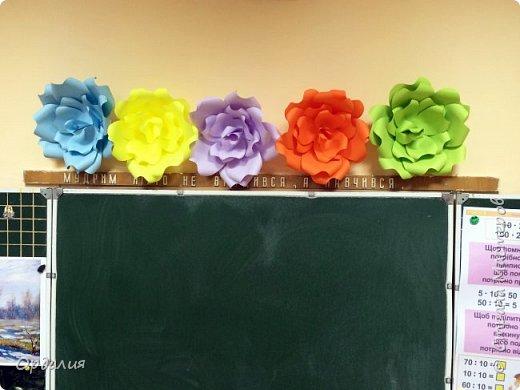 Нашла на просторах интернета замечательную идею по украшательству свадебных залов, и подумала - почему бы и ДА?  Итак, в преддверии весны и 8 марта украшаем класс бумажными цветочками. фото 26