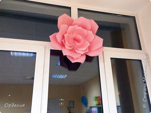 Нашла на просторах интернета замечательную идею по украшательству свадебных залов, и подумала - почему бы и ДА?  Итак, в преддверии весны и 8 марта украшаем класс бумажными цветочками. фото 20
