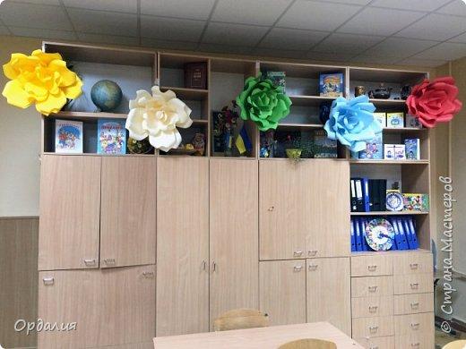 Нашла на просторах интернета замечательную идею по украшательству свадебных залов, и подумала - почему бы и ДА?  Итак, в преддверии весны и 8 марта украшаем класс бумажными цветочками. фото 17