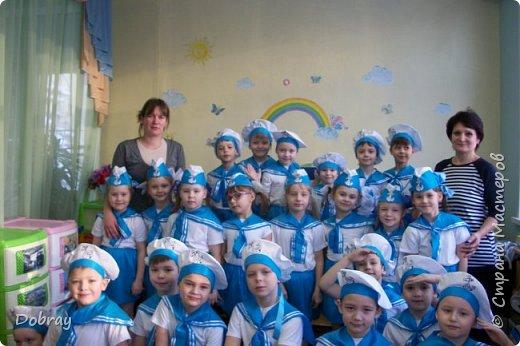 Работаю в детском саду помощником воспитателя. На утренник сшила детям костюмы матросов. фото 1