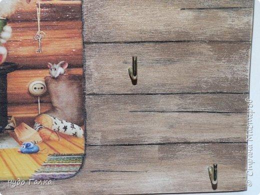 Ключница сделана по МК Раушании, спасибо ей! ну а теперь предистория: Сестра моя переехала в новую квартиру, надо делать подарки на новоселье. Показываю первый подарок, остальные еще в процессе. Она сама пожелала ключницу в подарок. Семейство большое и дружное, трое деток, кошка, крыса , попугай, при этом кошка крысу не ловит, спокойно ходит возле нее и слегка побаивается, поэтому и картинка выбралась именно такая.  Картинка Алексея Долотова.Уж больно мне по душе его котейки фото 2