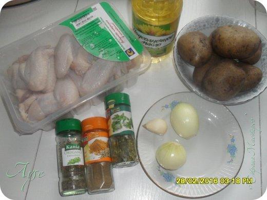 Курочку мы частенько запекаем таким образом - это быстро, полезнее чем жарить и очень вкусно! Летом я молодой картофель даже не чищу, а очень хорошо мою и режу так же, дольками. Сегодня я тоже немного поленилась чистить картошку и позаимствовала один момент из моего способа приготовления картофеля по-деревенски. А именно - картофель не клала сырым в духовку, а предварительно отварила в мундирах примерно до полуготовности, или даже меньше, около 7-15 минут, затем его очистила, нарезала дольками и уже затем присоединила к замаринованной курочке и поставила в духовку до доведения до готовности. Именно таким способом я готовлю картофель по-деревенски. Но это я отвлеклась.  фото 2