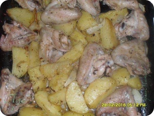 Курочку мы частенько запекаем таким образом - это быстро, полезнее чем жарить и очень вкусно! Летом я молодой картофель даже не чищу, а очень хорошо мою и режу так же, дольками. Сегодня я тоже немного поленилась чистить картошку и позаимствовала один момент из моего способа приготовления картофеля по-деревенски. А именно - картофель не клала сырым в духовку, а предварительно отварила в мундирах примерно до полуготовности, или даже меньше, около 7-15 минут, затем его очистила, нарезала дольками и уже затем присоединила к замаринованной курочке и поставила в духовку до доведения до готовности. Именно таким способом я готовлю картофель по-деревенски. Но это я отвлеклась.  фото 6