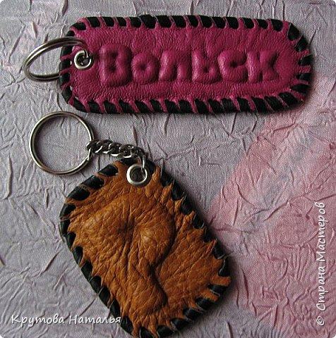 Вдохновившись работами по тиснению Слонопотама-Очумельца (спасибо ему за МК), понаделала именные брелочки - на ключи, телефон, флешку...Размер - 5х4 см.  фото 3