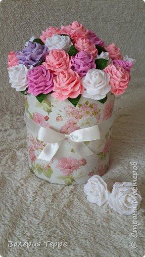 Всем привет! В последнее время очень популярны букеты цветов к красивых и красочных коробках. Мне нравится эта идея и я решила ее совместить с ручной работой. Очень приглянулась мне эта коробка в магазине и розово-сиреневые цветы смотрятся очень нежно и по-весеннему  фото 4