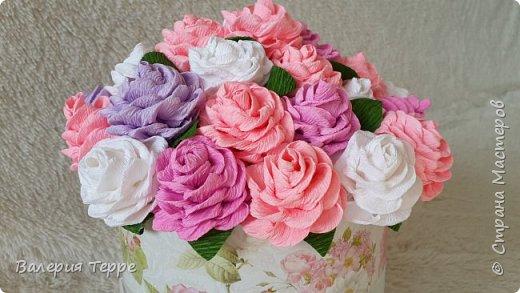 Всем привет! В последнее время очень популярны букеты цветов к красивых и красочных коробках. Мне нравится эта идея и я решила ее совместить с ручной работой. Очень приглянулась мне эта коробка в магазине и розово-сиреневые цветы смотрятся очень нежно и по-весеннему  фото 2