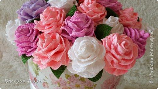 Всем привет! В последнее время очень популярны букеты цветов к красивых и красочных коробках. Мне нравится эта идея и я решила ее совместить с ручной работой. Очень приглянулась мне эта коробка в магазине и розово-сиреневые цветы смотрятся очень нежно и по-весеннему  фото 3