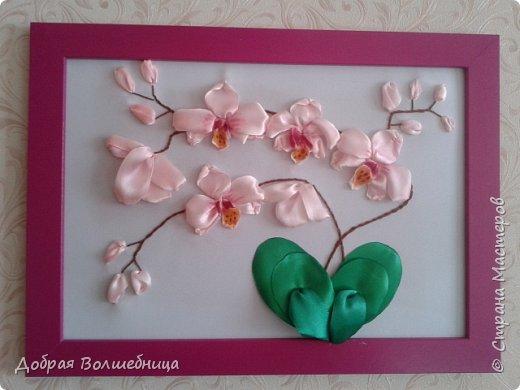 Здравствуйте, дорогие Рукодельницы! Первый раз вышиваю орхидею. После черной орхидеи из фоамирана, мне легко представлялось строение цветка. Фом тонировать легко, а вот ленты, да еще и по вышитому. Это я не очень люблю. Пришлось тонировать 2 раза. Первый раз краска потекла на фон. Постирала! А что делать?! Второй раз подкладывала со всех сторон салфетку. Этот способ мне понравился. Лишняя жидкость сразу впитывалась  фото 1