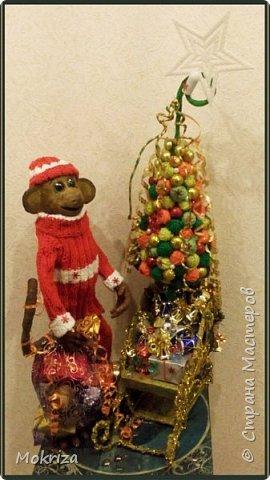 Новый год! Суета сует....... Конечно, он уже прошел, и можно расслабиться до следующего.......  Это чудо я вояла месяц. Расскажу подробно, как это было. А вначале о материалах:  - проволока толстая, плоскогубцы - клей ПВА - бинты - шпатлевка - акриловые краски, кисти - грунт - две стеклышки - половинки - контур  - нитки разных цветов, спицы - нитки швейные, игла - разные елочные украшения и звезда - салфетки - кусок фанеры - клеевой пистолет   фото 3