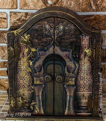 Добротная ключница с дверцами декорирована в технике декупаж, с элементами 3 д., с ручной лепкой, дверки ключницы как двери старинного замка с колоннами, боковинки каменная кладка заросшая хмелем... внутри открывается зал освещенный факелами. Грани слегка позолочены. фото 2