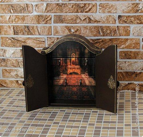 Добротная ключница с дверцами декорирована в технике декупаж, с элементами 3 д., с ручной лепкой, дверки ключницы как двери старинного замка с колоннами, боковинки каменная кладка заросшая хмелем... внутри открывается зал освещенный факелами. Грани слегка позолочены. фото 3