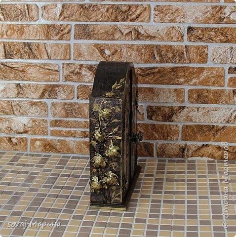 Добротная ключница с дверцами декорирована в технике декупаж, с элементами 3 д., с ручной лепкой, дверки ключницы как двери старинного замка с колоннами, боковинки каменная кладка заросшая хмелем... внутри открывается зал освещенный факелами. Грани слегка позолочены. фото 4