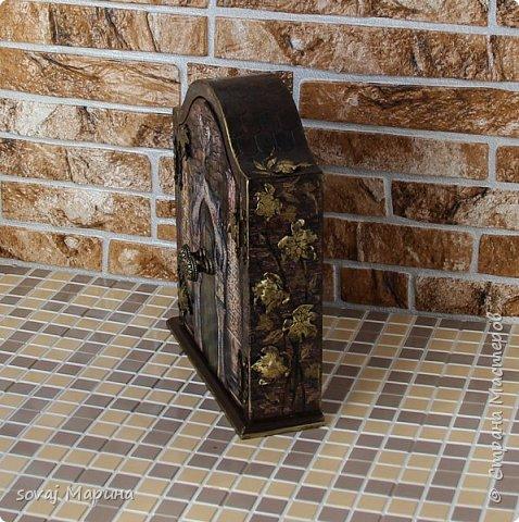 Добротная ключница с дверцами декорирована в технике декупаж, с элементами 3 д., с ручной лепкой, дверки ключницы как двери старинного замка с колоннами, боковинки каменная кладка заросшая хмелем... внутри открывается зал освещенный факелами. Грани слегка позолочены. фото 5