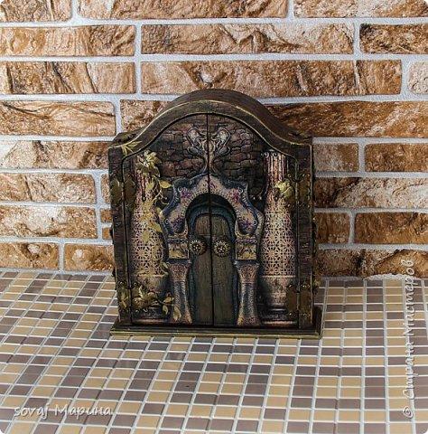 Добротная ключница с дверцами декорирована в технике декупаж, с элементами 3 д., с ручной лепкой, дверки ключницы как двери старинного замка с колоннами, боковинки каменная кладка заросшая хмелем... внутри открывается зал освещенный факелами. Грани слегка позолочены. фото 6