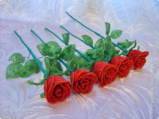 Добрый вечер! У меня заказали букет бокаловидных роз, которые я ещё никогда в жизни не плела =)) Было ужасно сложно найти МК по ним, потому что бокаловидные розы мало плетут, в основном раскрывшиеся, пышные. Но клиентка упёрлась и ей захотелось именно такие. Что ж, ладно. Нашла два МК и она выбрала именно вот этот http://stranamasterov.ru/node/477210 Девушки по имени Виктория Ко-вю. Спасибо ей большое за него, спасибо! И просто, и понятно и красиво! Только листочки я выбрала из другого МК. И в результате у меня получилась вот такая красота! Прошу любить и жаловать мой первый букет бокаловидных роз! Так же есть ещё две такие розочки: одна самая первая останется у меня, а вторая отправиться к отцу на работу. Розочки уже забрали. Клиентка была очень довольна! Чему я бесконечно рада! Теперь и я умею плести такие розочки! Цветы прекрасны в любом виде! Шедевр природы не повторить! Спасибо! фото 10