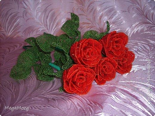 Добрый вечер! У меня заказали букет бокаловидных роз, которые я ещё никогда в жизни не плела =)) Было ужасно сложно найти МК по ним, потому что бокаловидные розы мало плетут, в основном раскрывшиеся, пышные. Но клиентка упёрлась и ей захотелось именно такие. Что ж, ладно. Нашла два МК и она выбрала именно вот этот http://stranamasterov.ru/node/477210 Девушки по имени Виктория Ко-вю. Спасибо ей большое за него, спасибо! И просто, и понятно и красиво! Только листочки я выбрала из другого МК. И в результате у меня получилась вот такая красота! Прошу любить и жаловать мой первый букет бокаловидных роз! Так же есть ещё две такие розочки: одна самая первая останется у меня, а вторая отправиться к отцу на работу. Розочки уже забрали. Клиентка была очень довольна! Чему я бесконечно рада! Теперь и я умею плести такие розочки! Цветы прекрасны в любом виде! Шедевр природы не повторить! Спасибо! фото 11