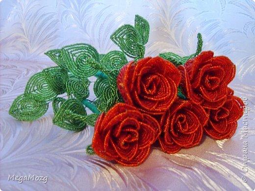 Добрый вечер! У меня заказали букет бокаловидных роз, которые я ещё никогда в жизни не плела =)) Было ужасно сложно найти МК по ним, потому что бокаловидные розы мало плетут, в основном раскрывшиеся, пышные. Но клиентка упёрлась и ей захотелось именно такие. Что ж, ладно. Нашла два МК и она выбрала именно вот этот http://stranamasterov.ru/node/477210 Девушки по имени Виктория Ко-вю. Спасибо ей большое за него, спасибо! И просто, и понятно и красиво! Только листочки я выбрала из другого МК. И в результате у меня получилась вот такая красота! Прошу любить и жаловать мой первый букет бокаловидных роз! Так же есть ещё две такие розочки: одна самая первая останется у меня, а вторая отправиться к отцу на работу. Розочки уже забрали. Клиентка была очень довольна! Чему я бесконечно рада! Теперь и я умею плести такие розочки! Цветы прекрасны в любом виде! Шедевр природы не повторить! Спасибо! фото 1