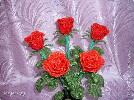 Добрый вечер! У меня заказали букет бокаловидных роз, которые я ещё никогда в жизни не плела =)) Было ужасно сложно найти МК по ним, потому что бокаловидные розы мало плетут, в основном раскрывшиеся, пышные. Но клиентка упёрлась и ей захотелось именно такие. Что ж, ладно. Нашла два МК и она выбрала именно вот этот http://stranamasterov.ru/node/477210 Девушки по имени Виктория Ко-вю. Спасибо ей большое за него, спасибо! И просто, и понятно и красиво! Только листочки я выбрала из другого МК. И в результате у меня получилась вот такая красота! Прошу любить и жаловать мой первый букет бокаловидных роз! Так же есть ещё две такие розочки: одна самая первая останется у меня, а вторая отправиться к отцу на работу. Розочки уже забрали. Клиентка была очень довольна! Чему я бесконечно рада! Теперь и я умею плести такие розочки! Цветы прекрасны в любом виде! Шедевр природы не повторить! Спасибо! фото 4