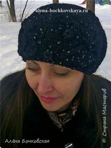 Долго не могла подобрать головной убор под норковую шубу. Перепробовала множество разных вариантов: и норковую шапку, и вязаную шапку косами, и разные береты, которые есть в моем гардеробе. Ничего не подходило. И вот решила связать просто черный берет. С несколькими элементами фриформа. Описание берета здесь http://alena-bochkovskaya.ru/?p=2956