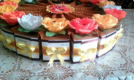 Этот торт для 17 девочек. Внутри шоколадка и заколки.Диаметр тортика 46см.  фото 6