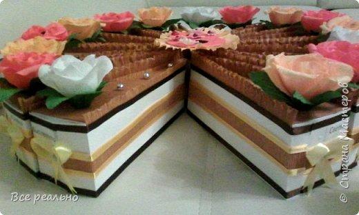 Этот торт для 17 девочек. Внутри шоколадка и заколки.Диаметр тортика 46см.  фото 2