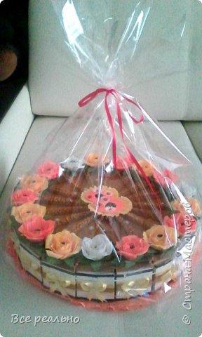 Этот торт для 17 девочек. Внутри шоколадка и заколки.Диаметр тортика 46см.  фото 5