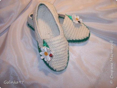 Доброго времени суток Страна!. Давно меня не было... незаметно пролетели новогодние праздники и настает черед 8-го марта, т.к. повсюду объявлен кризис я приготовила своим близким подарки своими рукам, вот такая коллекция домашней обуви получилась у меня. Канзаши непременно присутствуют на всех тапочках... фото 5