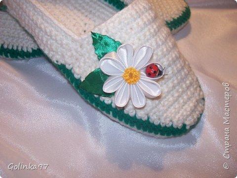 Доброго времени суток Страна!. Давно меня не было... незаметно пролетели новогодние праздники и настает черед 8-го марта, т.к. повсюду объявлен кризис я приготовила своим близким подарки своими рукам, вот такая коллекция домашней обуви получилась у меня. Канзаши непременно присутствуют на всех тапочках... фото 6