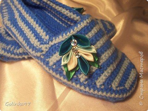 Доброго времени суток Страна!. Давно меня не было... незаметно пролетели новогодние праздники и настает черед 8-го марта, т.к. повсюду объявлен кризис я приготовила своим близким подарки своими рукам, вот такая коллекция домашней обуви получилась у меня. Канзаши непременно присутствуют на всех тапочках... фото 7