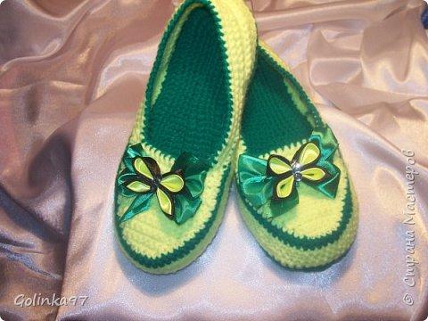 Доброго времени суток Страна!. Давно меня не было... незаметно пролетели новогодние праздники и настает черед 8-го марта, т.к. повсюду объявлен кризис я приготовила своим близким подарки своими рукам, вот такая коллекция домашней обуви получилась у меня. Канзаши непременно присутствуют на всех тапочках... фото 10