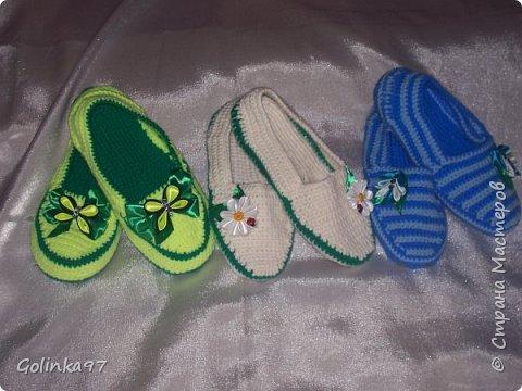Доброго времени суток Страна!. Давно меня не было... незаметно пролетели новогодние праздники и настает черед 8-го марта, т.к. повсюду объявлен кризис я приготовила своим близким подарки своими рукам, вот такая коллекция домашней обуви получилась у меня. Канзаши непременно присутствуют на всех тапочках... фото 11