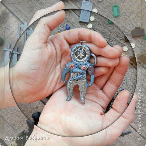 Недавно к нам в гости приходила мамина знакомая, она занимается лепкой, и приносила подвески из полимерной глины. Называются они  - Хоро, биороботы.Мне они очень понравились и я слепил себе похожего)) Тут можно посмотреть биороботов тети Ксюши и почитать их историю https://www.instagram.com/p/BCPH648KwlI/?taken-by=yavorskaya_sova фото 1