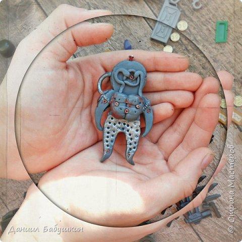 Недавно к нам в гости приходила мамина знакомая, она занимается лепкой, и приносила подвески из полимерной глины. Называются они  - Хоро, биороботы.Мне они очень понравились и я слепил себе похожего)) Тут можно посмотреть биороботов тети Ксюши и почитать их историю https://www.instagram.com/p/BCPH648KwlI/?taken-by=yavorskaya_sova фото 2