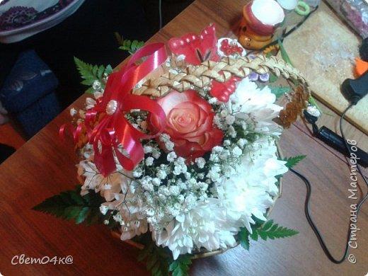 Подарочная композиция из живых цветов в плетёной корзине из бумаги. фото 5