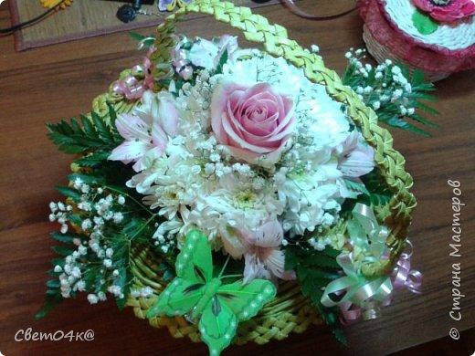 Подарочная композиция из живых цветов в плетёной корзине из бумаги. фото 4