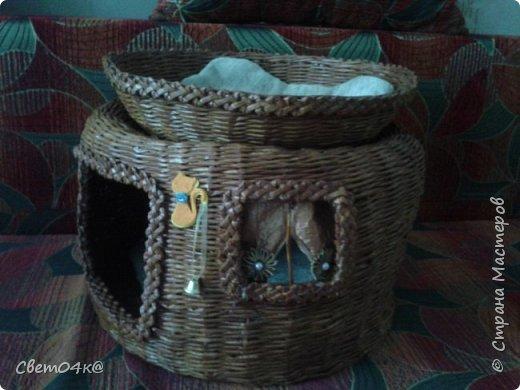 Кошкин дом сплетён из бумаги, украшен канзаши и аппликацией. фото 1