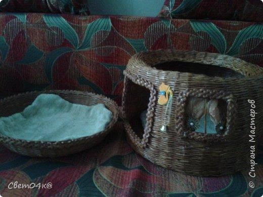 Кошкин дом сплетён из бумаги, украшен канзаши и аппликацией. фото 3