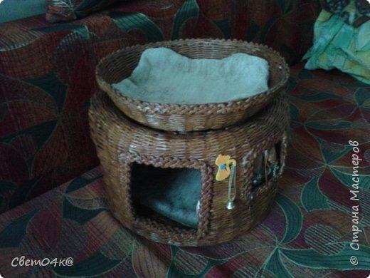 Кошкин дом сплетён из бумаги, украшен канзаши и аппликацией. фото 2