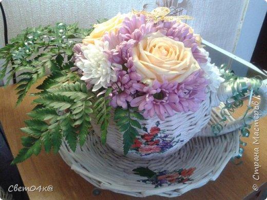 Подарочная композиция из живых цветов в плетёной корзине из бумаги. фото 3