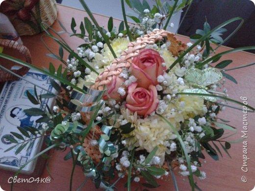 Подарочная композиция из живых цветов в плетёной корзине из бумаги. фото 1