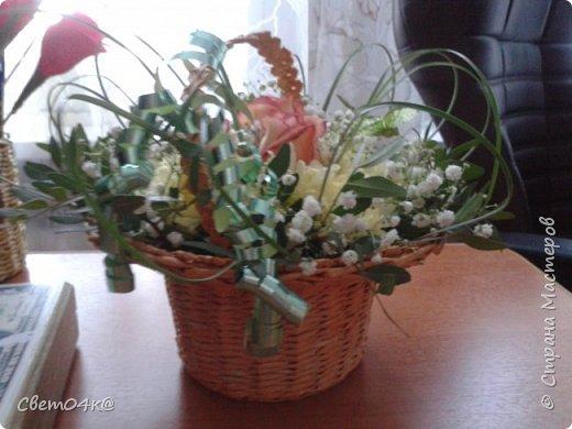 Подарочная композиция из живых цветов в плетёной корзине из бумаги. фото 2