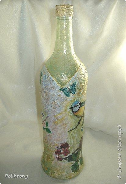 Добрый день, Страна!  Хочется отчитаться по бутылкам полностью, чтобы можно было перейти к другим темам.  Бутылки я использую как испытательный полигон для новых техник и приемов работы.   Нужно сказать, что в 15 году я работала мало, и занималась, в основном картоном, бутылки были забыты. В преддверии новогоднего праздника я решила сделать пару бутылочных подарочков, и понеслось! Снова у меня начался бутылочный период. Бутылки я дарю тем, кто использует их как тару, поэтому  --  бутылочки с окошками, всякими-разными.  -------------------------------------------------------------------------------------------------------------------------------------- Вот эта  --  новогодняя, в чем сомнений не возникает. Трафаретные узоры шпаклевкой на фактурной поверхности и на стекле.  Стекло предварительно покрываю глянцевым лаком, после обработки узоров, лакирую еще 2-3 раза, но только узоры..  Держится хорошо, водой не смывается.  фото 8