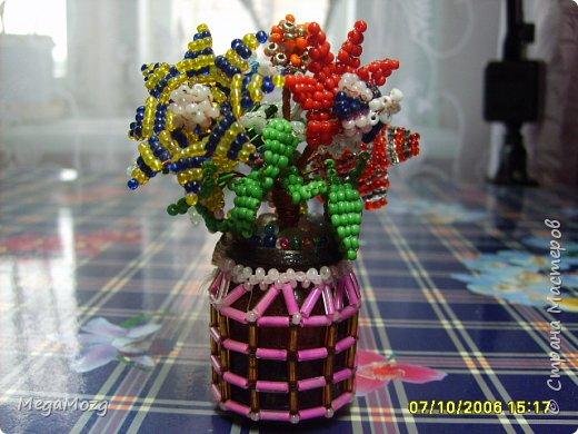 """Представляю вашему вниманию мои самые-самые первые в жизни цветы из бисера, которые я сплела ещё в далёком детстве, в году эдак 2002 или третьем, или... я не помню, но помню, что училась ещё в школе и мне хотелось создать такие цветы, которых нет в природе))) Придумывала и плела прямо на ходу, после уроков. Процесс мне очень понравился и я берегла эти цветочки. Спасибо за внимание! """"Детство, детство, ты куда бежишь?..."""" фото 1"""