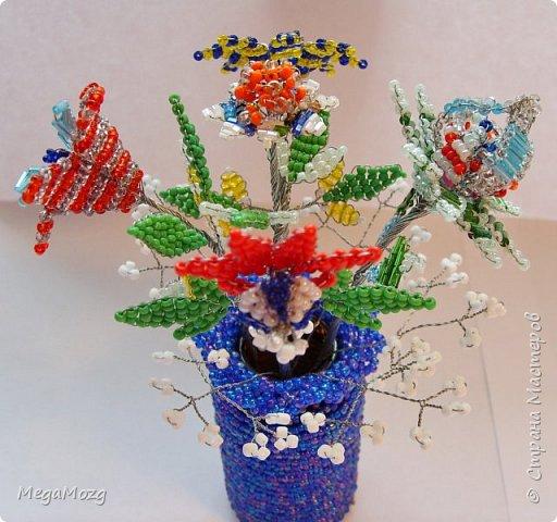 """Представляю вашему вниманию мои самые-самые первые в жизни цветы из бисера, которые я сплела ещё в далёком детстве, в году эдак 2002 или третьем, или... я не помню, но помню, что училась ещё в школе и мне хотелось создать такие цветы, которых нет в природе))) Придумывала и плела прямо на ходу, после уроков. Процесс мне очень понравился и я берегла эти цветочки. Спасибо за внимание! """"Детство, детство, ты куда бежишь?..."""" фото 6"""