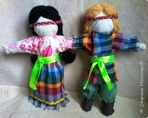 Кукла объединяет в себе мужскую и женскую фигурки, у которых одна общая рука. Это и есть символ того, что отныне двое будут всегда вместе, поровну разделив между собой все радости и печали, которые им суждено повстречать на долгом жизненном пути. фото 4