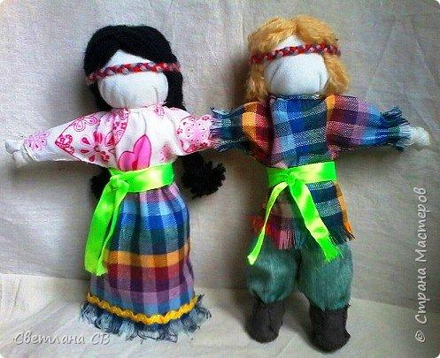 Кукла объединяет в себе мужскую и женскую фигурки, у которых одна общая рука. Это и есть символ того, что отныне двое будут всегда вместе, поровну разделив между собой все радости и печали, которые им суждено повстречать на долгом жизненном пути. фото 1