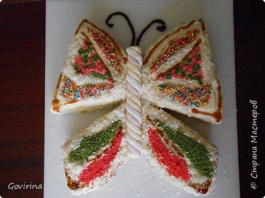 """этот тортик сделала моя дочь и подарила мне на день рождения! суть-любой круглый торт, разрезанный на 4части и сложенный в форме бабочки ,а """"тельце"""" из готовой зефирной палочки"""