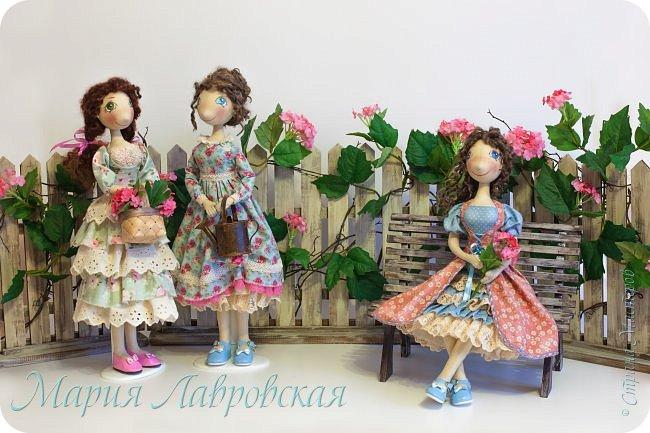 Здравствуй, дорогая Страна!!!!   Хочу поздравить тебя с первым днем весны!!!  с первым днем самого прекрасного времени года!!!  с пробуждением  природы с ее новым рождением!!!   И пусть на улице еще холодно и серо, но даже от одной мысли, что уже ВЕСНА становиться радостнее и веселее на душе!!!  Всем хорошего настроения, как можно больше улыбок  и цветов, а еще творческого  вдохновения и признания!!! Три куколки сестрички  были сшиты еще в прошлом году, но  выставить их у меня все никак не получалось. Фотографии были сделаны для журнала  фотографом Самойленко Натальей, за что ей большое спасибо!!!  Забор и лавочку делал мой папа, и ему тоже огромное СПАСИБО!!! Ну а я уже их красила и декорировала цветами.  фото 1