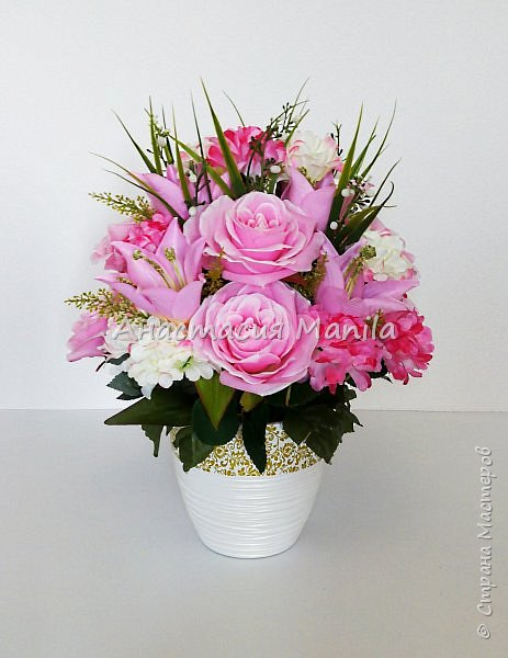 Приветствую всех зашедших! А я все мечтаю о весне и творю)) Представляю Вашему вниманию интерьерную композицию в керамическом кашпо из искусственных роз, лилий и хризантем двух цветов с зеленью. Высота - 37 см. Диаметр - 27 см. Приятного просмотра)) фото 1